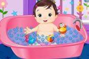 Забавное купание малыша